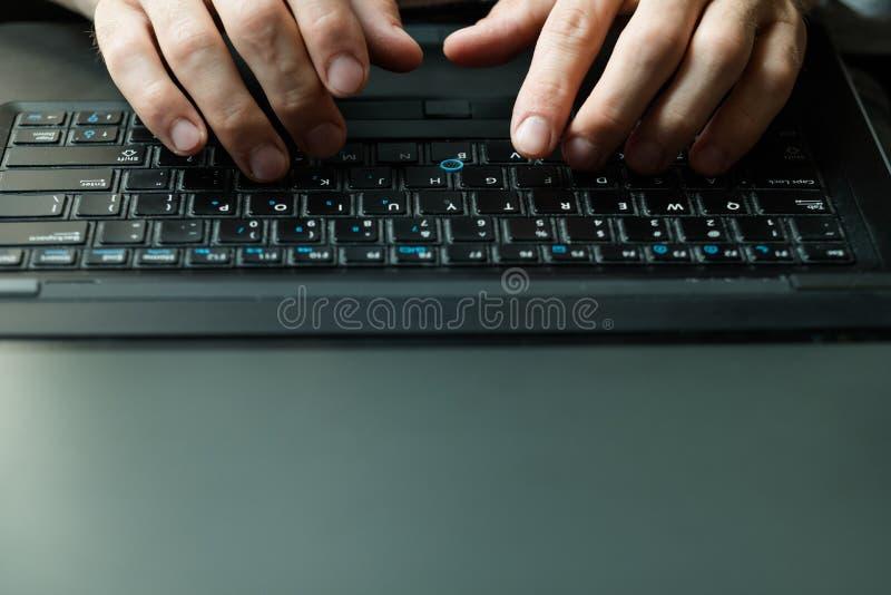 Maskinskrivning för man för frilansskribentproofreadercopywriter royaltyfri foto