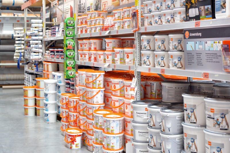 Maskinvarulager med olika sorter av väggmålarfärger i hinkar för att renovera royaltyfri foto