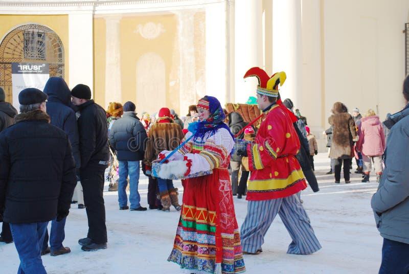 Maslenitsa的庆祝在庄园阿尔汉格尔斯克的 演员给一个舞会服装展示 免版税库存图片