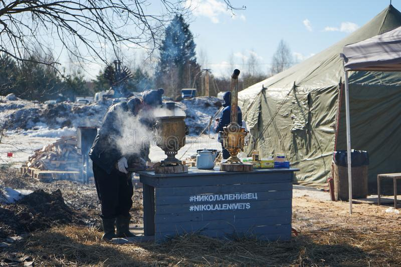 Maslenitsa - festival popular do russo durante a semana da panqueca no parque da arte de Nikola-Lenivets imagens de stock