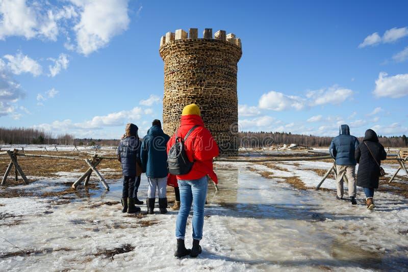 Maslenitsa - parkerar den folk festivalen för ryss under pannkakavecka i den Nikola-Lenivets konsten arkivfoto