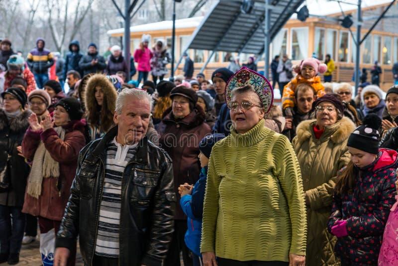 Maslenitsa (semana da panqueca) Um par idoso que olha um concerto em honra do feriado imagens de stock