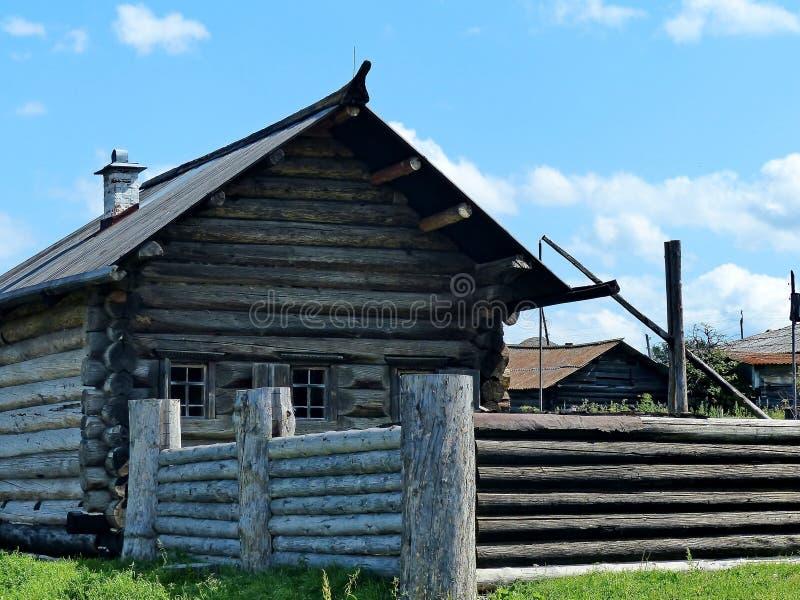 Maso agricolo del secolo del Xvii-Th Un frammento della facciata e della palizzata Capanna del ceppo nel villaggio di Ural immagine stock libera da diritti