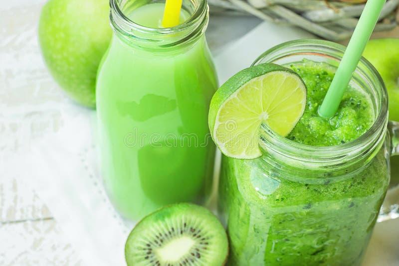 Mason Jar e garrafa de vidro com vegetal e batido de fruta e suco verdes com palha Cesta com produto orgânico sazonal imagens de stock