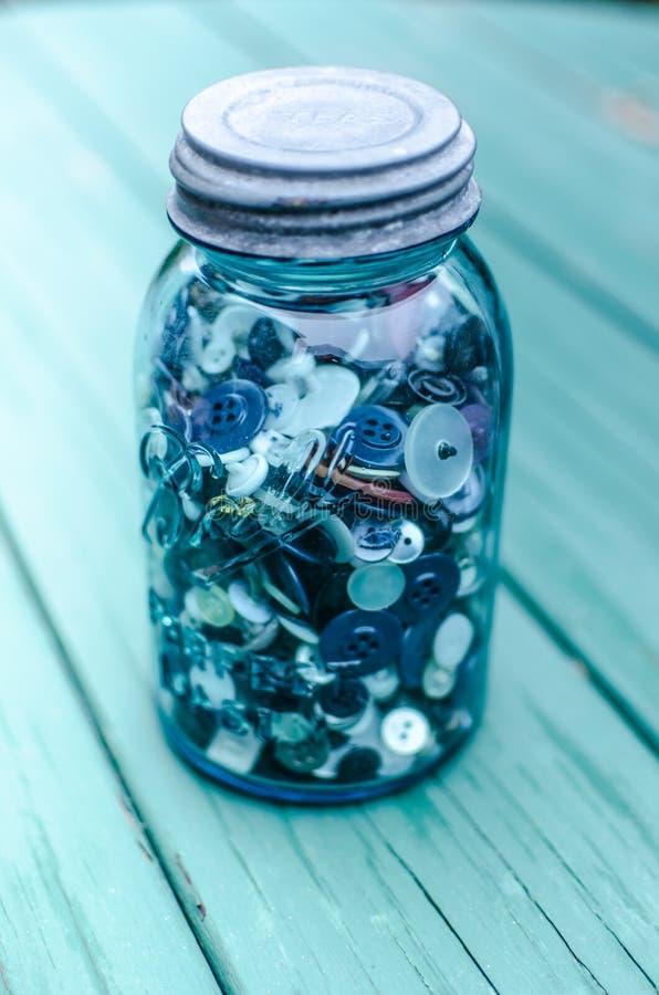 Mason Jar Filled avec des boutons photographie stock libre de droits