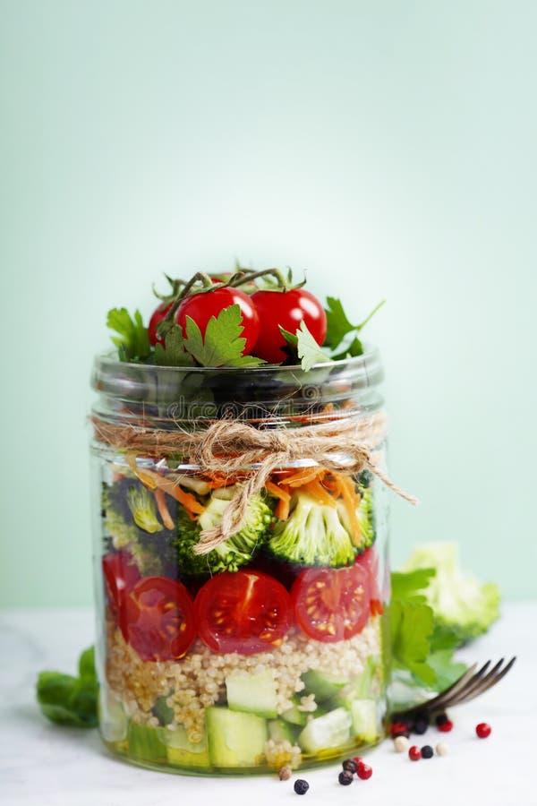 Mason Jar Salad fait maison en bonne santé avec le quinoa et les Veggies image libre de droits