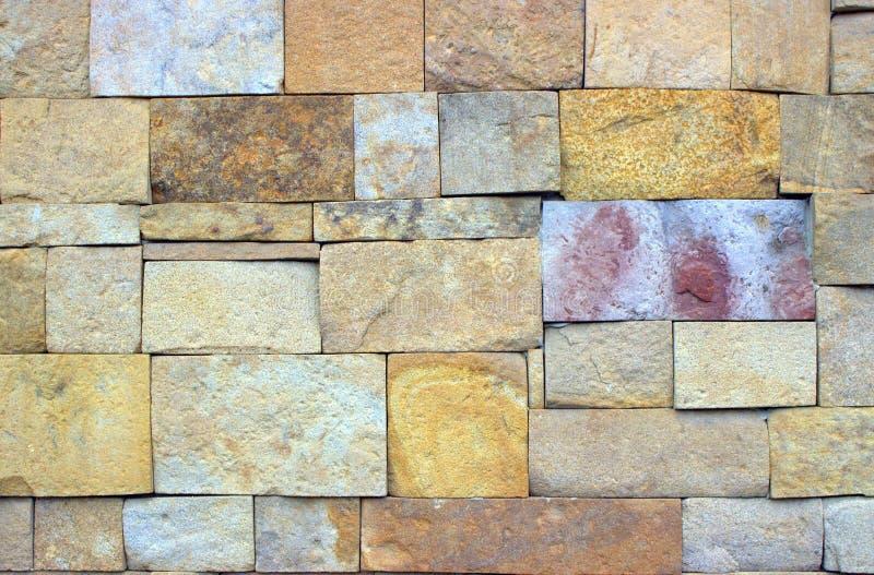 Masonry tillverkad av hårt monterade stenar av olika storlek och färger royaltyfri foto