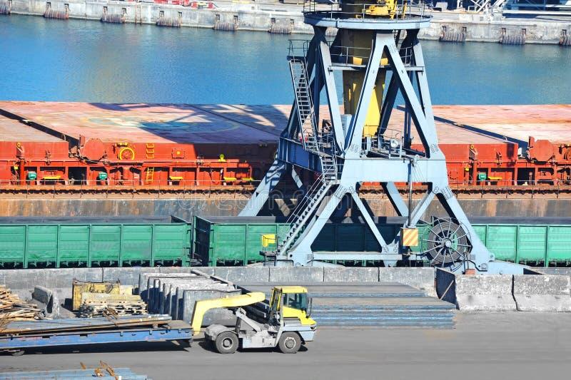 Masowego ładunku pociąg pod portowym żurawiem i statek fotografia royalty free
