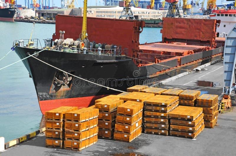 Masowego ładunku statek i staczająca się metal sterta zdjęcia stock