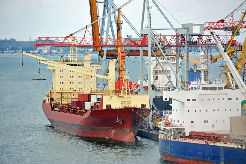 Masowego ładunku statek pod portowym żurawiem obrazy stock