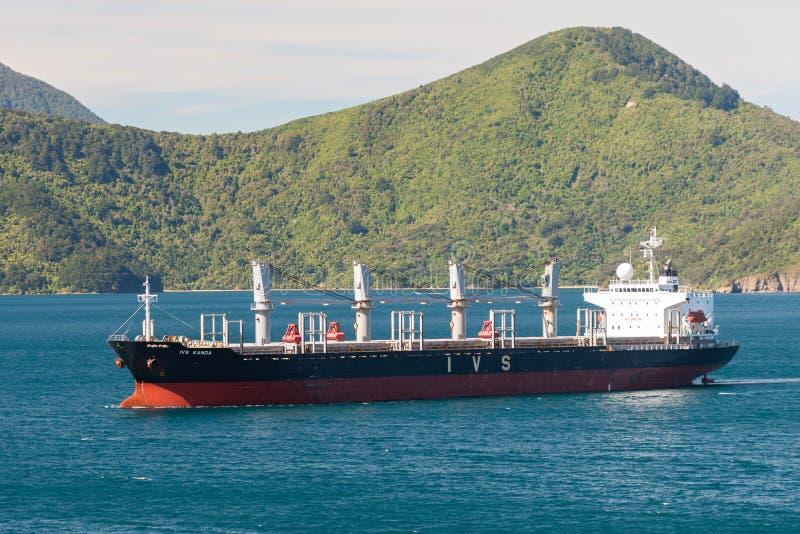 Masowego przewoźnika statek IVS Kanda blisko Picton, Nowa Zelandia obrazy stock