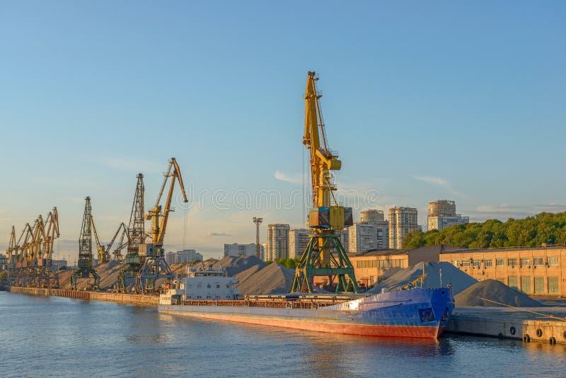 Masowy statek w portowym terminal fotografia royalty free