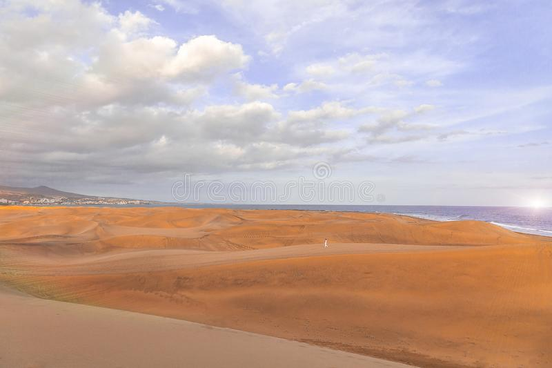 Maspalomaszonsondergang bij de Oase van Las Dunas Gr of Natuurlijke Zandduinen aangaande stock afbeeldingen