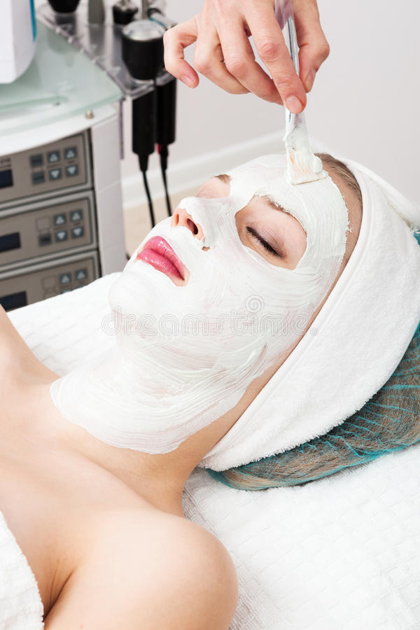 Masque à l'argile dans le salon de beauté images stock