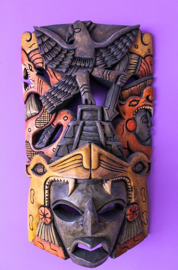 Masque africain sur un mur photo stock