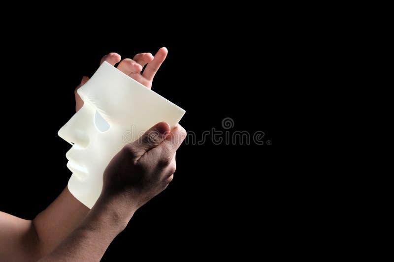 Masque blanc abstrait dans des mains masculines Vue de côté Copiez l'espace profil Plan rapproché Le concept du mysticisme, horre photos libres de droits