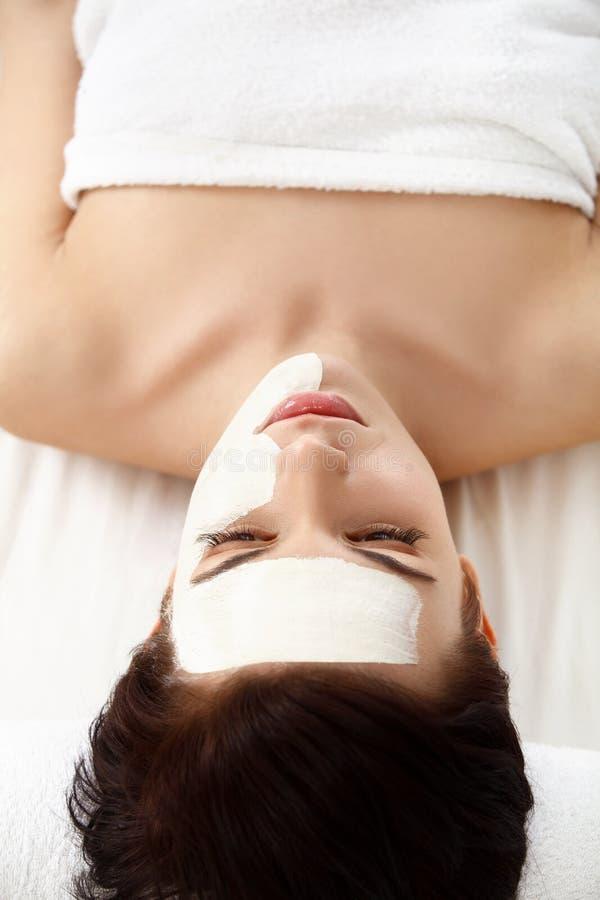 Masque cosmétique Belle jeune femme obtenant un traitement de beauté images libres de droits