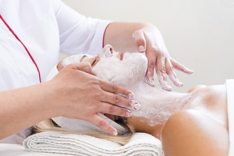 Masque cosmétique de processus de massage et de massages faciaux photo stock