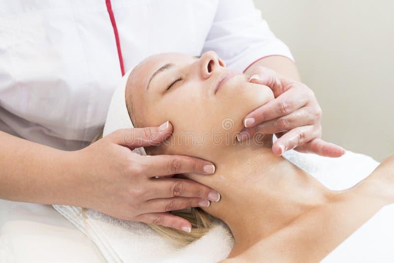 Masque cosmétique de processus de massage et de massages faciaux photos libres de droits