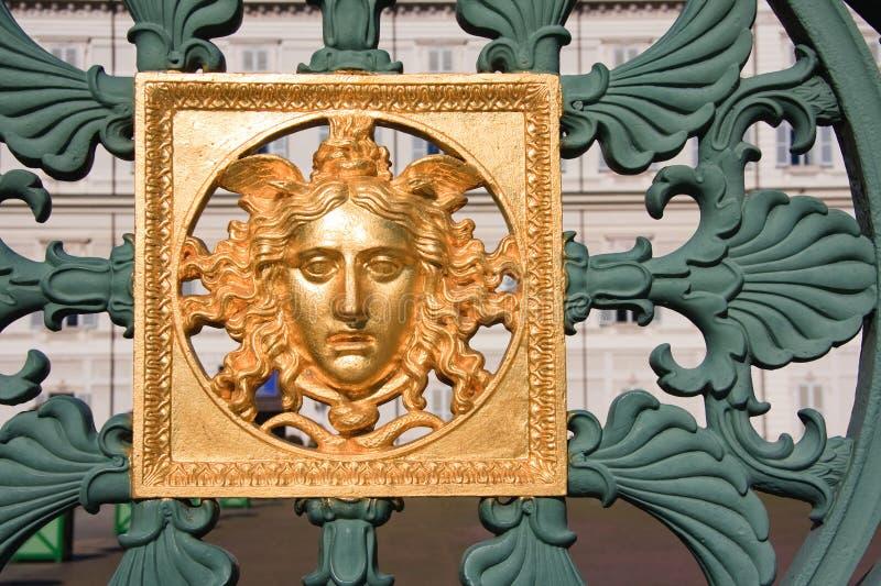 Masque d'or sur la frontière de sécurité - Royal Palace Turin, Italie image libre de droits
