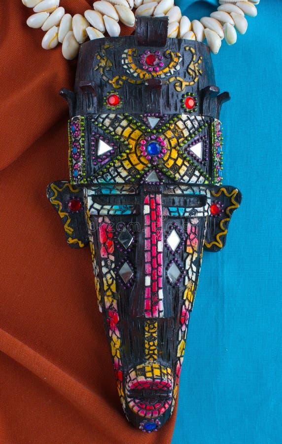 Masque d'une tribu inconnue sur un fond bleu-brun photographie stock libre de droits
