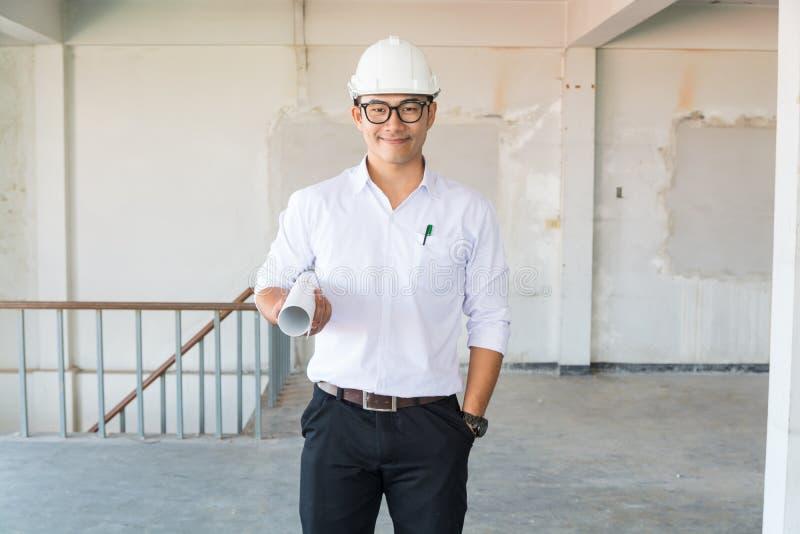 Masque d'usage d'Engineer d'homme d'affaires ou d'architecte dans la chemise blanche ho images libres de droits