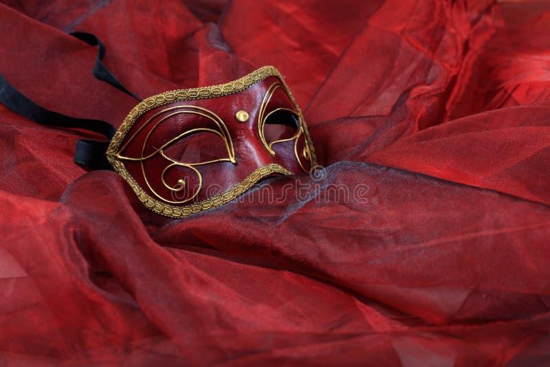 Masque de carnaval sur le fond rouge images libres de droits