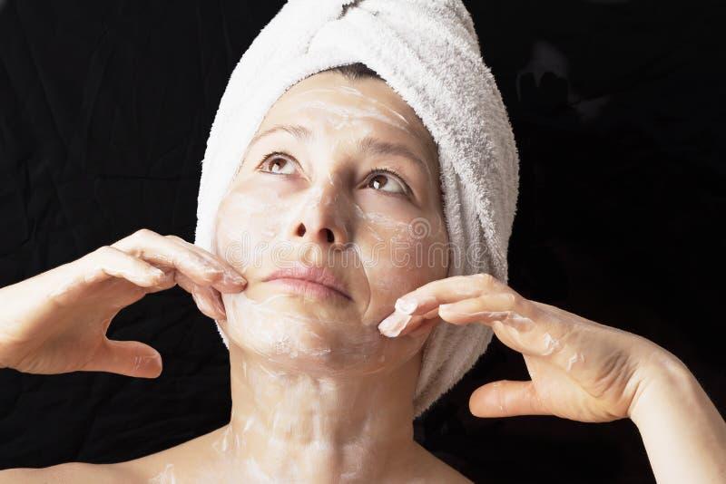 Masque de femme sur son visage photos libres de droits