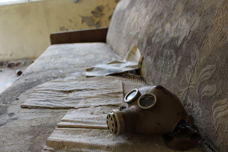 Masque de gaz ? l'?cole dans le r?glement abandonn? de Masheve, zone d'exclusion de Chernobyl, Ukraine photo libre de droits
