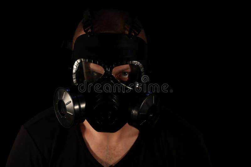 Masque de gaz sur un fond noir images libres de droits