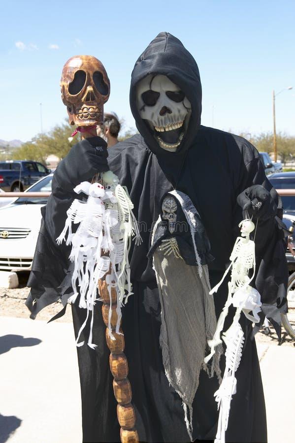Masque de mort de la moissonneuse sinistre à un rassemblement de protestation de George W Rassemblement de protestation de Bush d image libre de droits