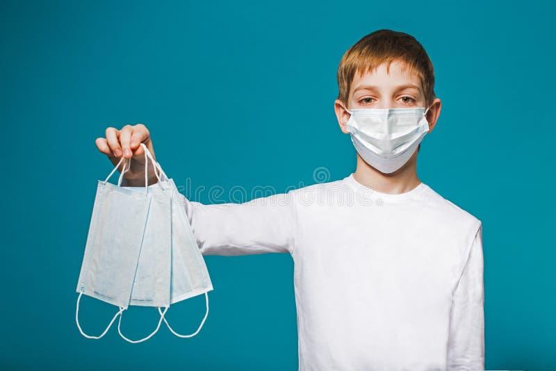 Masque de port de protection de garçon suggérant des masques photo libre de droits