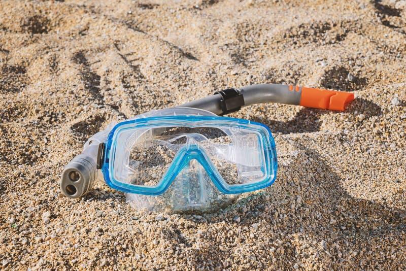 Masque de prise d'air avec le tube sur la plage sablonneuse images stock