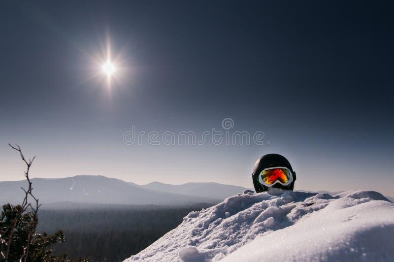Masque de ski sur une montagne images stock