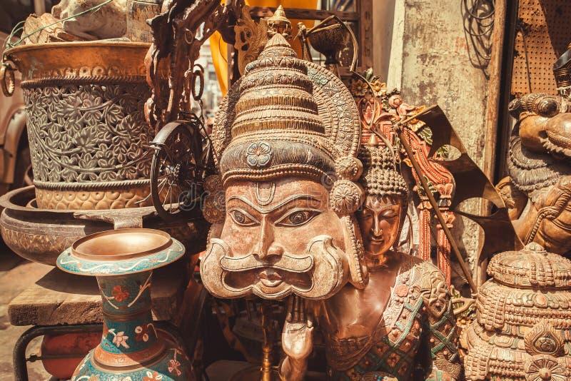Masque en bois d'homme indien avec une moustache et des illustrations de vintage de magasin antique photo libre de droits