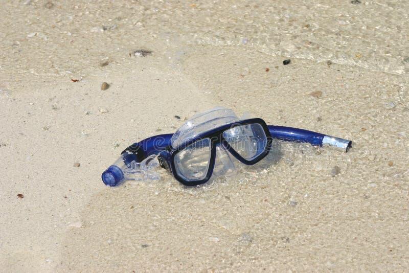 Masque et prise d'air sur le sable photo stock