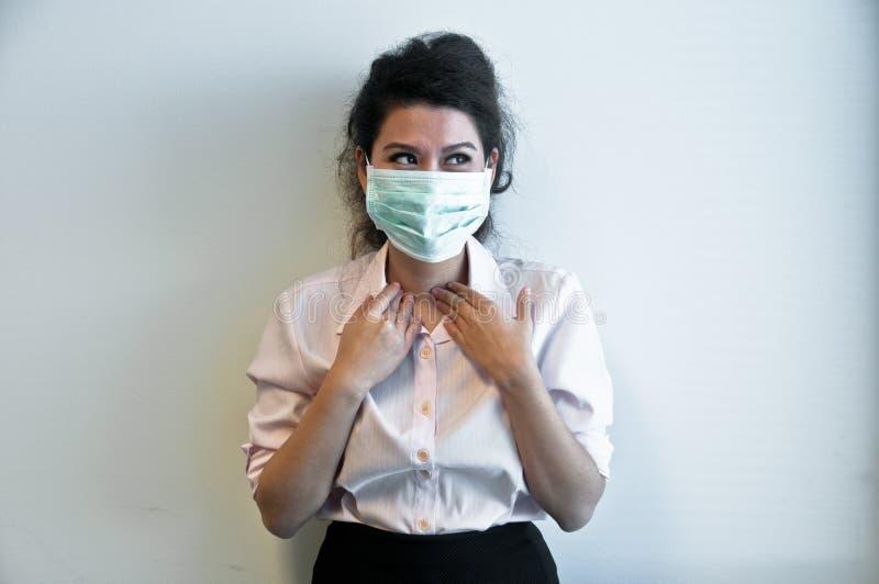 Masque et sourire d'hygiène d'usage de femme d'affaires photographie stock