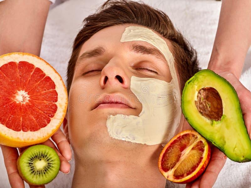 Masque facial des fruits frais pour l'homme L'esthéticien appliquent des tranches photographie stock