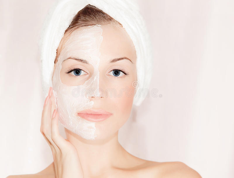 Masque facial sur le beau visage images stock