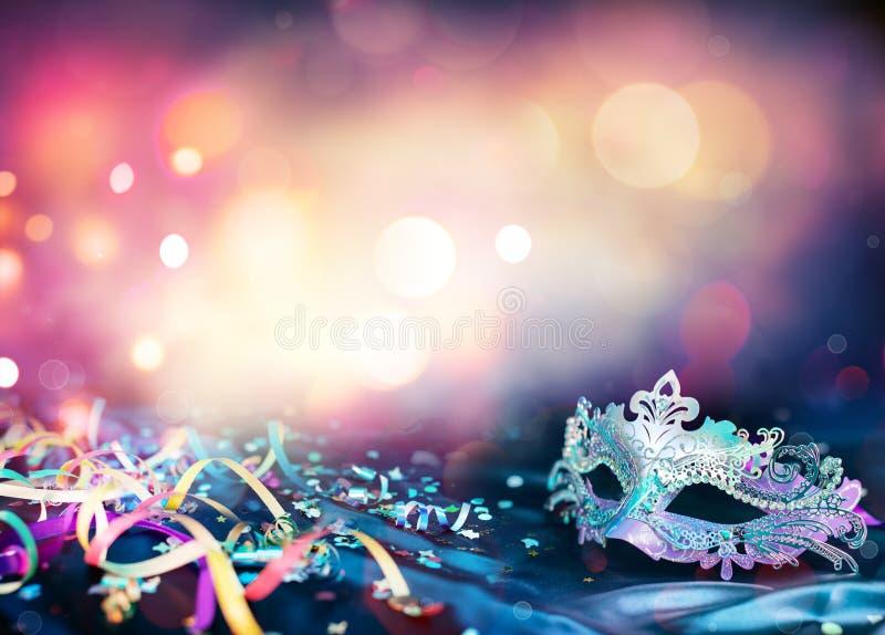 Masque, flammes et confettis de carnaval image libre de droits