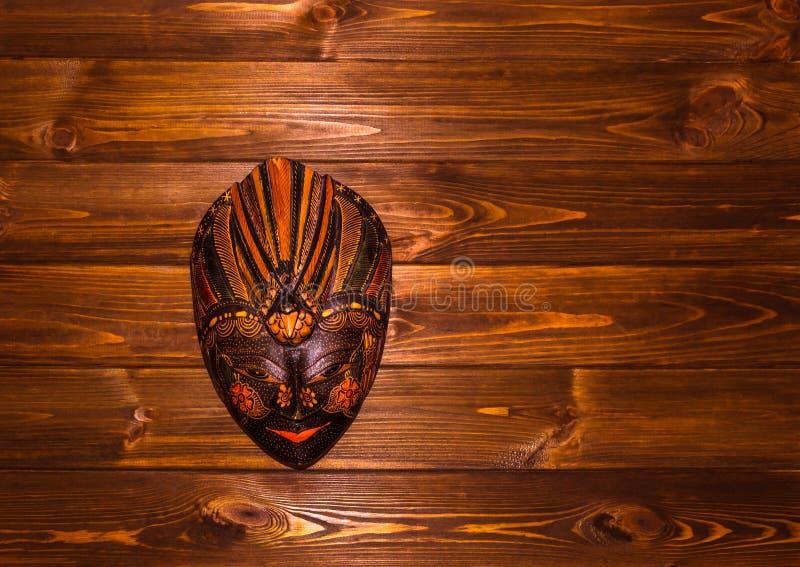 Download Masque Indonésien Traditionnel Dans Le Montant De Bali Sur Le Fond En Bois Image stock - Image du décoration, closeup: 77157687