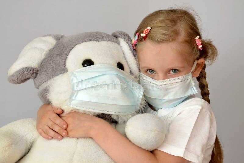 Masque médical de grippe de fille d'enfant d'enfant d'enfant épidémique de médecine images stock
