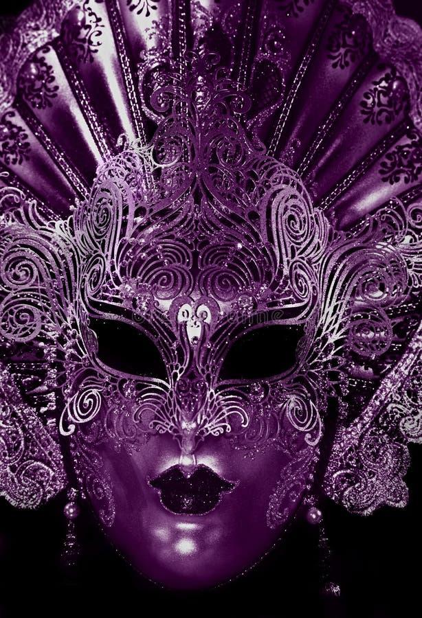 Masque mystérieux de carnaval dans la couleur ultra-violette photos stock