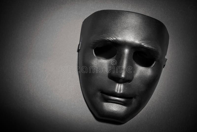 Masque noir sous un rayon de lumière photographie stock libre de droits