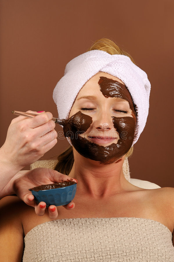 Masque organique de massage facial de mousse de chocolat de station thermale photographie stock