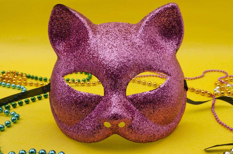 Masque pourpre de chat pour le carnaval ou la partie photos libres de droits