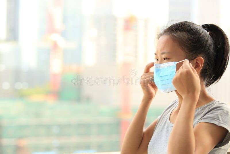 Download Masque Protecteur Asiatique D'usage De Femme Dans La Ville Image stock - Image du ville, oriental: 45359605