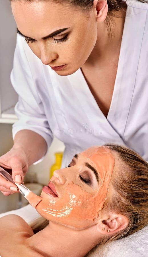 Masque protecteur de collagène Traitement facial de peau Femme recevant la procédure cosmétique images stock
