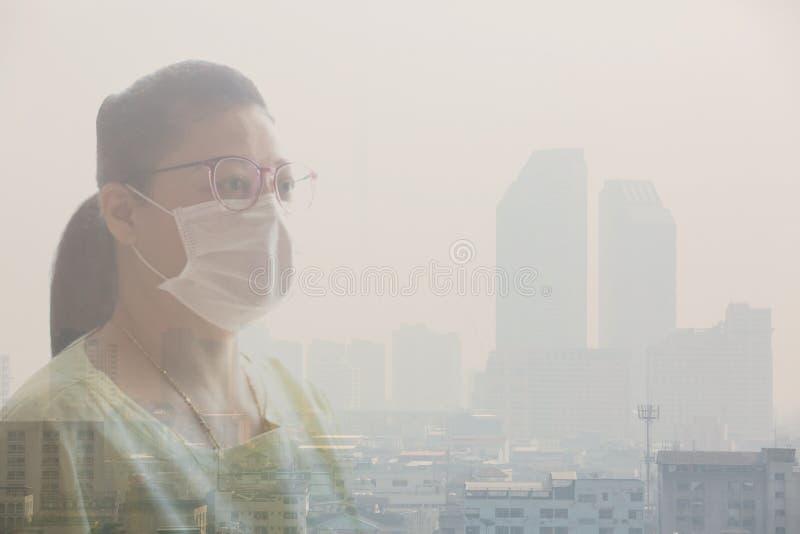 Masque protecteur de port de femme en raison de la pollution atmosphérique à Bangkok photographie stock