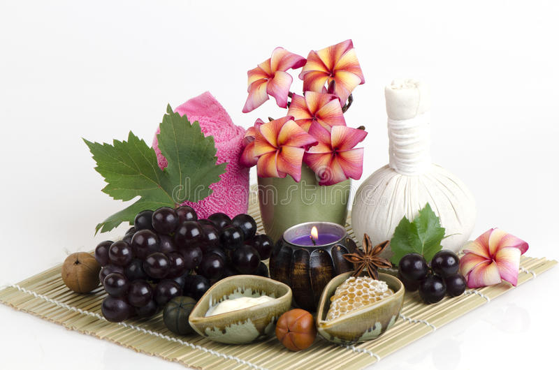 Masque protecteur le raisin, le miel et le yaourt pour serrer la peau et pour étant coupé des taches brunes sur le visage images stock